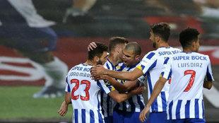 Los jugadores del Oporto celebran el gol de Toni Martínez.