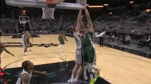 Antetokounmpo se cuelga del aro de los Spurs