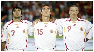 Raúl, Ramos y Torres, en el último partido que jugó España en el...