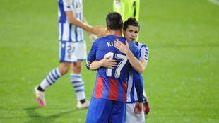 Zubeldia se abraza con Kike García, tras el partido en Eibar.