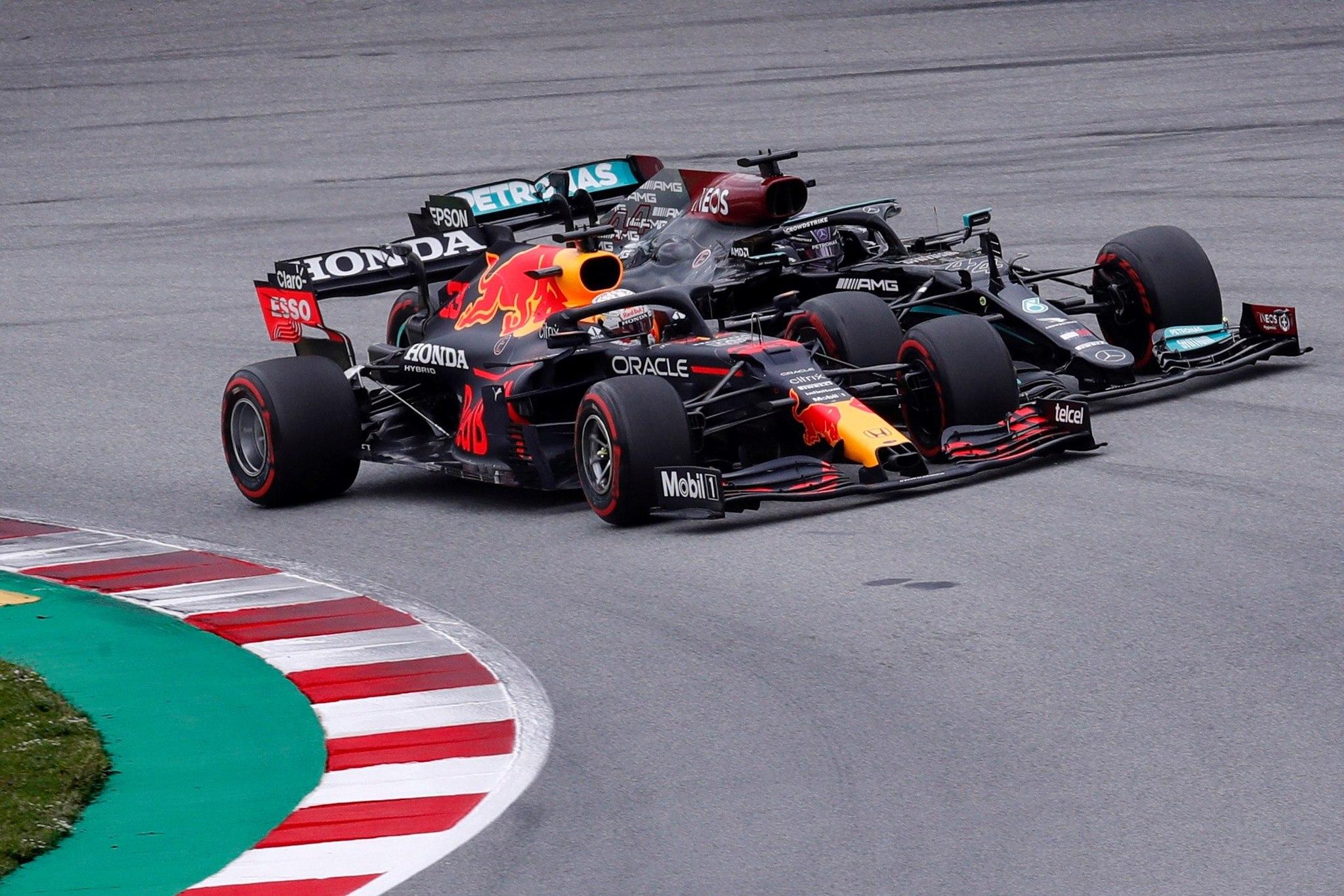GRAFCAT2891. MONTMELO (BARCELONA), 09/05/2021.- El piloto neerlandés de Red Bull Max lt;HIT gt;Verstappen lt;/HIT gt; (i) adelanta al británico de Mercedes Lewis lt;HIT gt;Hamilton lt;/HIT gt; (d) en la primera curva del Gran Premio de España de Formula Uno que se disputa este domingo en del Circuito de Barcelona-Cataluña. EFE/Alejandro García