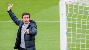 Marcelino da indicaciones a sus jugadores durante un entrenamiento en...