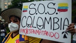 Un manifestante en una ciudad de Colombia.