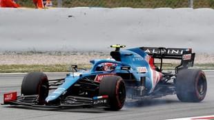 Ocon apura una frenada, durante el GP de España 2021.