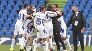 Los jugadores del Eibar se abrazan en el Coliseum.