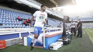 Javi Alonso, saliendo al partido ante el Almería con una camiseta...