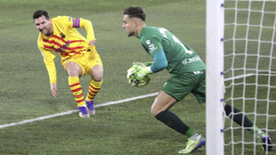 Álvaro Fernández atrapa un balón ante la mirada de Messi
