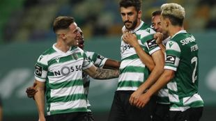 Paulinho celebra el gol con sus compañeros.