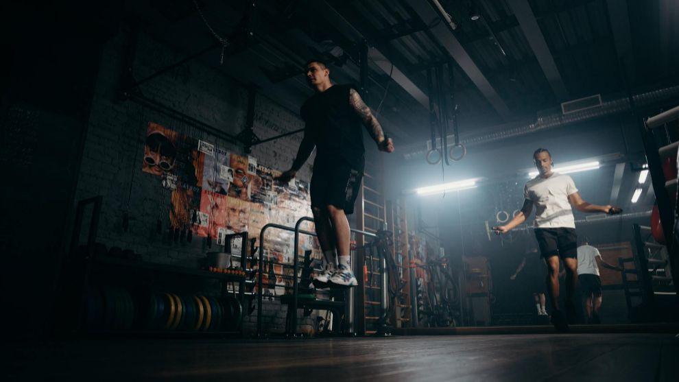 Saltar a la comba es uno de los ejercicios de cardio más completos y...