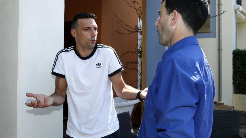 Scaloni, con el redactor Juan Castro, tras la entrevista.