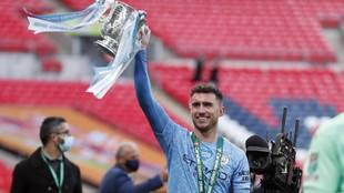 Aymeric Laporte celebra el título la Caravao Cup con el Manchester...