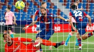 Ter Stegen ve entrar el balón rematado por Melero en el 1-2 del...