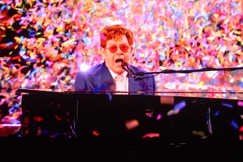 """Elton John, durante su interpretación de """"Its a sin"""" de Pet Shop Boys /"""