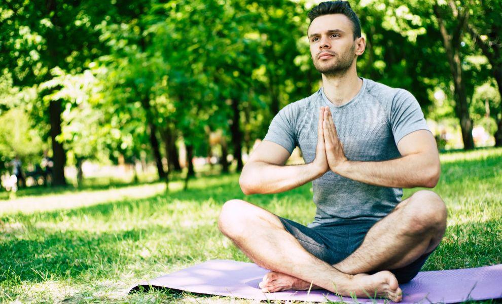 Los hombres se están dando cuenta de que con el yoga, además de...