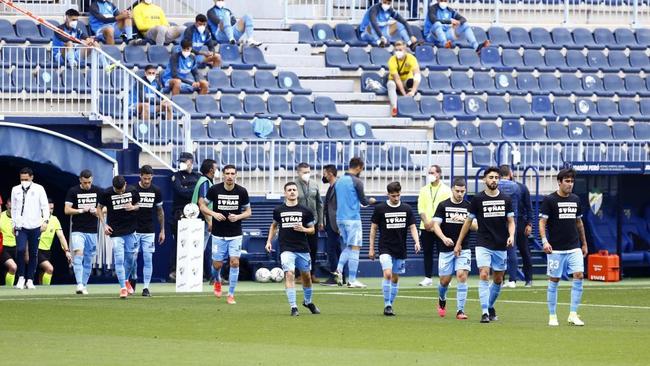 Los jugadores del Málaga salen a la Rosaleda a calentar antes del...