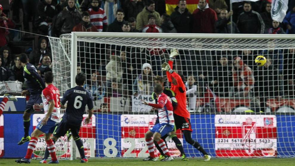 Cristiano remata en propia meta y Diego López no puede hacer nada para evitar que el balón entre.