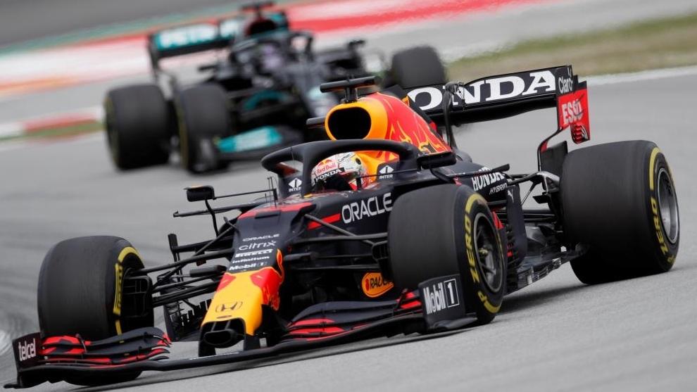 Verstappen sufre tras la embestida de Hamilton en las últimas vueltas...