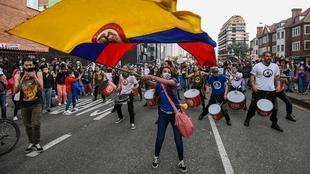 Manifestan colombianos durante una protesta.