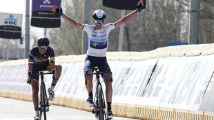 Van Vleuten celebra el triunfo en la A Través de Flandes Femenina...