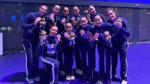 El equipo español, con sus medallas de bronce tras recibirlas en el...