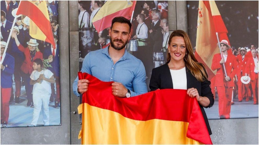 Saúl Craviotto y Mireia Belmonte posan con la bandera de España