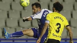 Óscar Rubio despeja ante Arribas en el partido del Sabadell contra el...