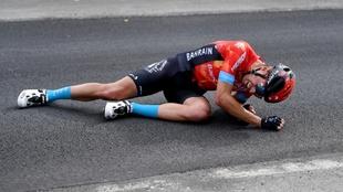 Mikel Landa, en el suelo dolorido tras su caída en la quinta etapa...