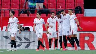 Los jugadores del Sevilla celebran el 1-0 ante el Valencia.