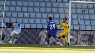 Nolito dispara ante Soria para hacer el gol de la victoria