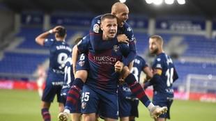 Los jugadores del Huesca celebran un gol en El Alcoraz ante el...