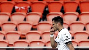 Maxi celebra un gol en un Mestalla vacío.
