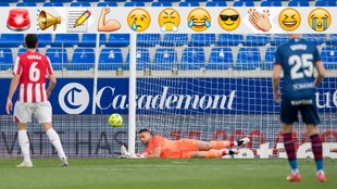 Unai Simón realiza una parada a disparo de un jugador del Huesca.