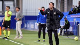 Marcelino pide explicaciones en un momento del partido ante el Huesca.