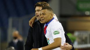 Mauricio Pochettino festeja junto a Kylian Mbappé en el PSG.