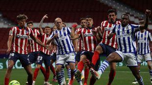 Guridi y Sagnan, en una acción con varios jugadores del Atlético.