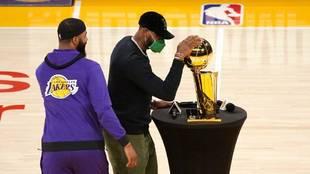 LeBron James acaricia el trofeo de campeón de la temporada 2019-2020