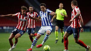 Oyarzabal, rodeado de jugadores del Atlético, en un momento del...
