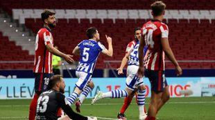 Zubeldia corre para sacar rápido de centro, tras marcar su gol al...