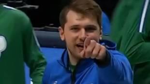 Luka Doncic busca al cámara que ha captado la canasta