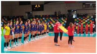 La selección española femenina de voleibol que ha derrotado a...