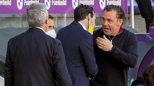 Sergio González saluda a Emery antes del partido.