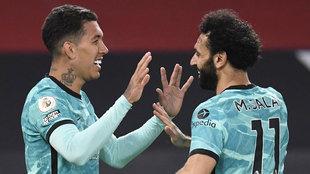 Firmino y Salah celebran uno de los goles del Liverpool.