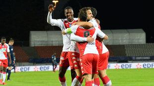 Los jugadores del Mónaco celebran el gol de Cesc.