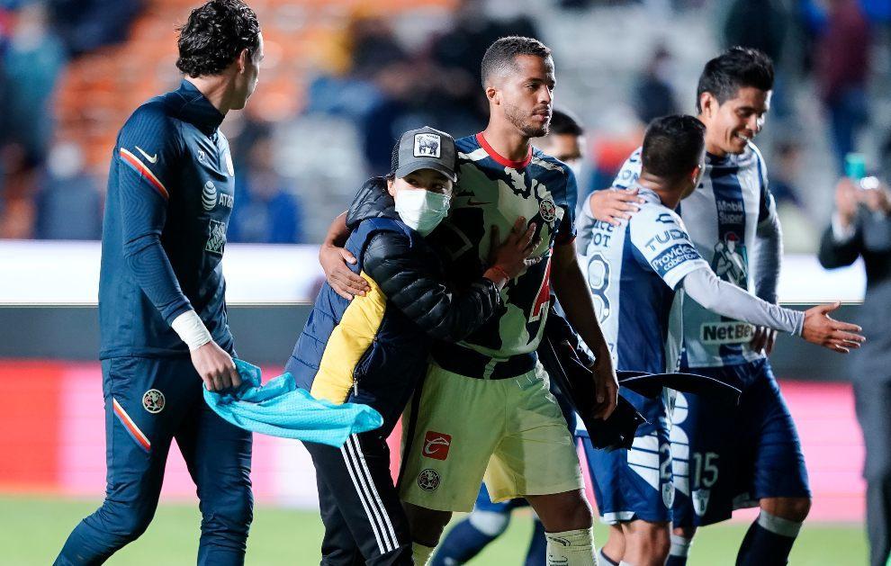 Giovani dos Santos junto a un aficionado tras el partido.