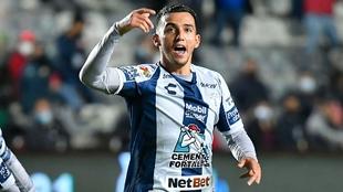 luis chavez anota el tercer gol que puede ser el de las semifinales