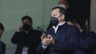 El presidente del Valencia, Anil Murthy, aplaude en el palco de...