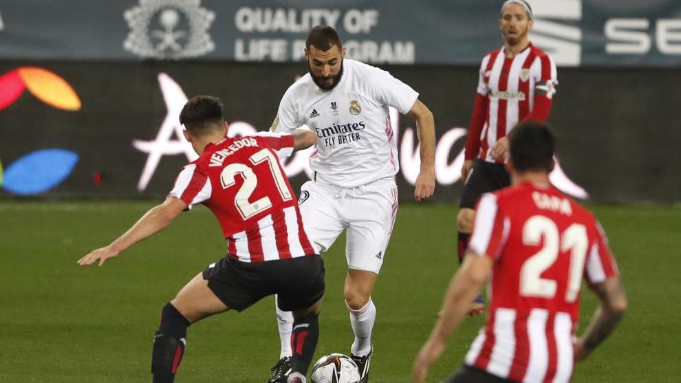 Benzema encara a varios jugadores del Athletic.