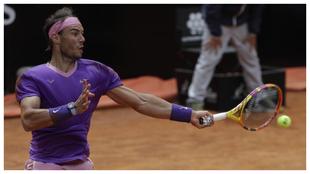 Rafa Nadal golpea la pelota en su partido frente a Alexander Zverev en...