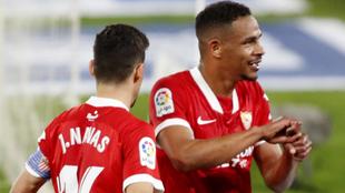 Fernando (33) celebra junto a Navas (35) un gol con el Sevilla.