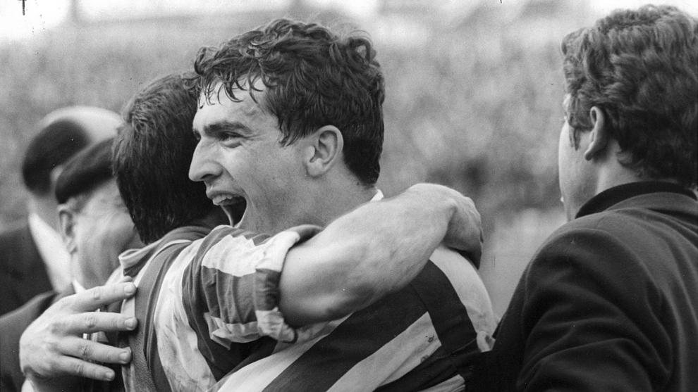 Jesús Glaría celebra uno de los goles que dieron al Atlético la Liga 65-66 en su visita a Sarriá.
